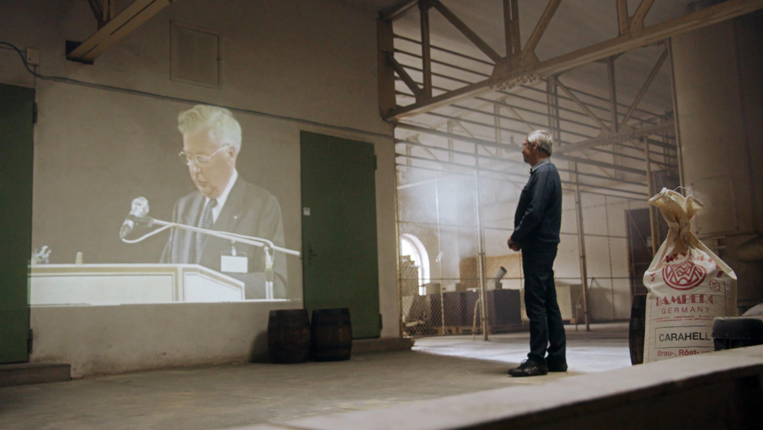 Filmproduktion Imagefilm Landskron Kulturbrauerei Stadt Görlitz zwei Mann schaut auf Leinwand