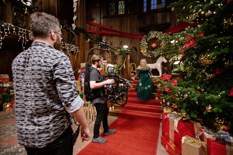 Filmproduktion Imagefilm Werbespot Online Duracell Weihnachtsspot Dame mit Kleid auf Treppe Drehteam Regie Kamera