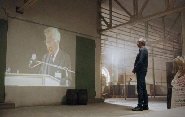 Filmproduktion Imagefilm Landskron Kulturbrauerei Stadt Görlitz Mann schaut auf Leinwand