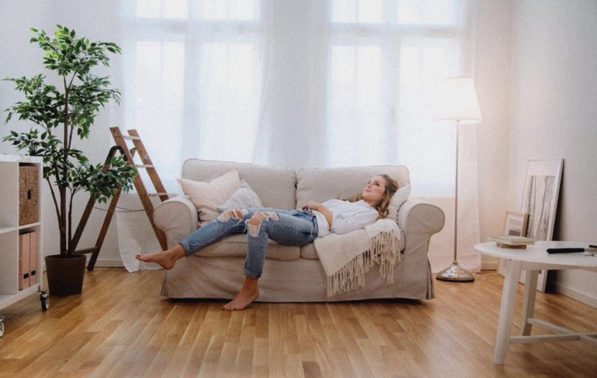Filmproduktion Imagefilm Lewo Immobilien La Vida Frau auf Sofa