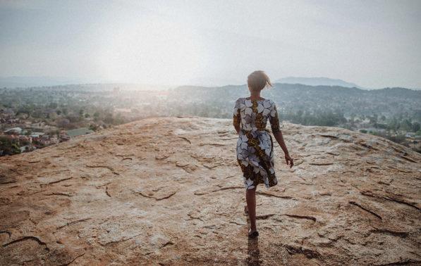 Filmproduktion Imagefilm Afrika Tansania Frau tanzt im Sonnenuntergang