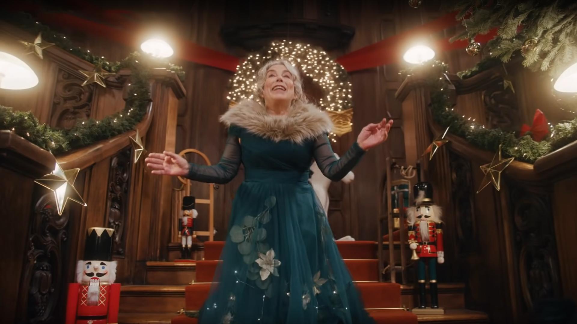 Filmproduktion Imagefilm Werbespot Online Duracell Weihnachtsspot Dame mit Kleid auf Treppe